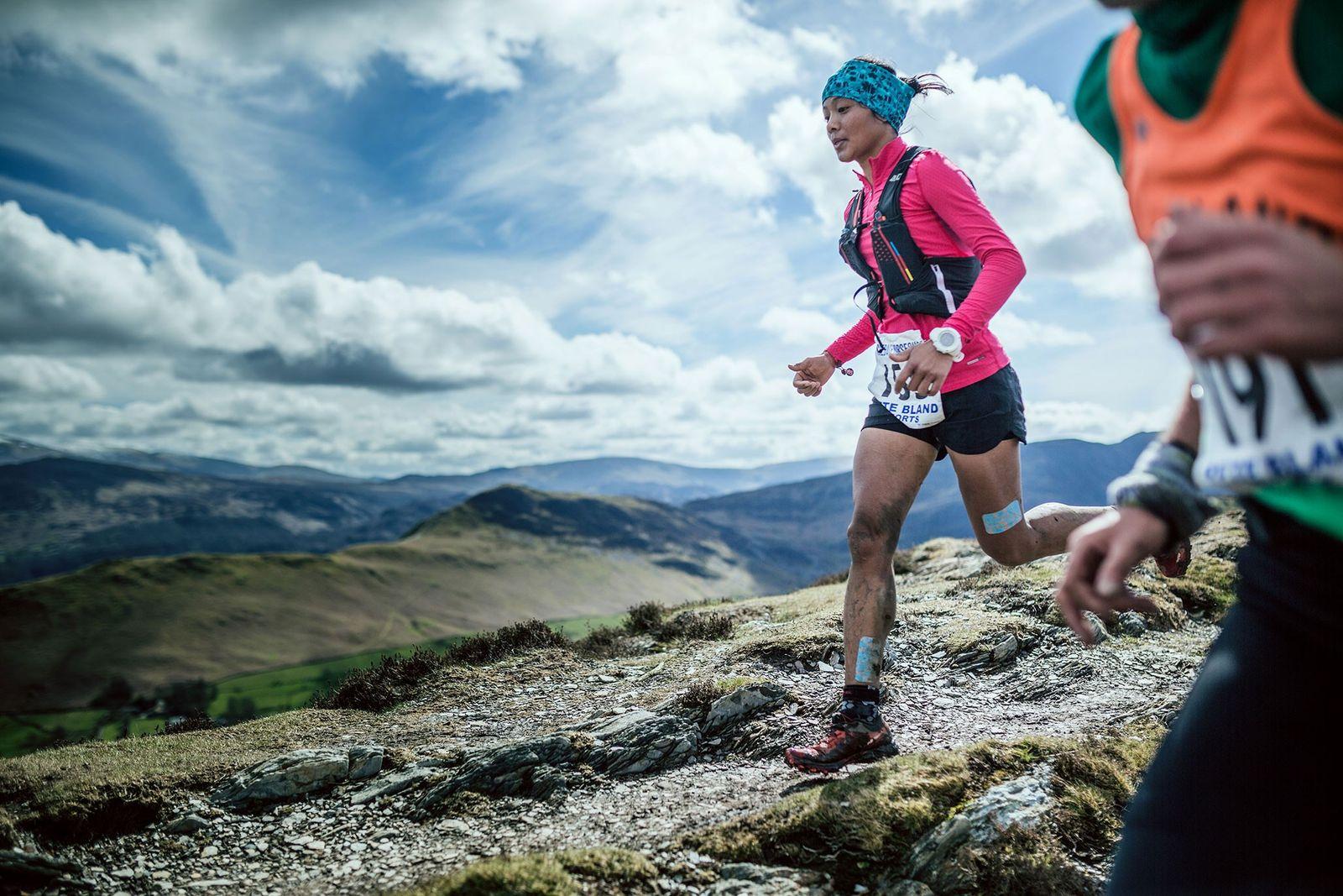 Bild von Läuferin Mira Rai während eines Rennens im Vereinigten Königreich.