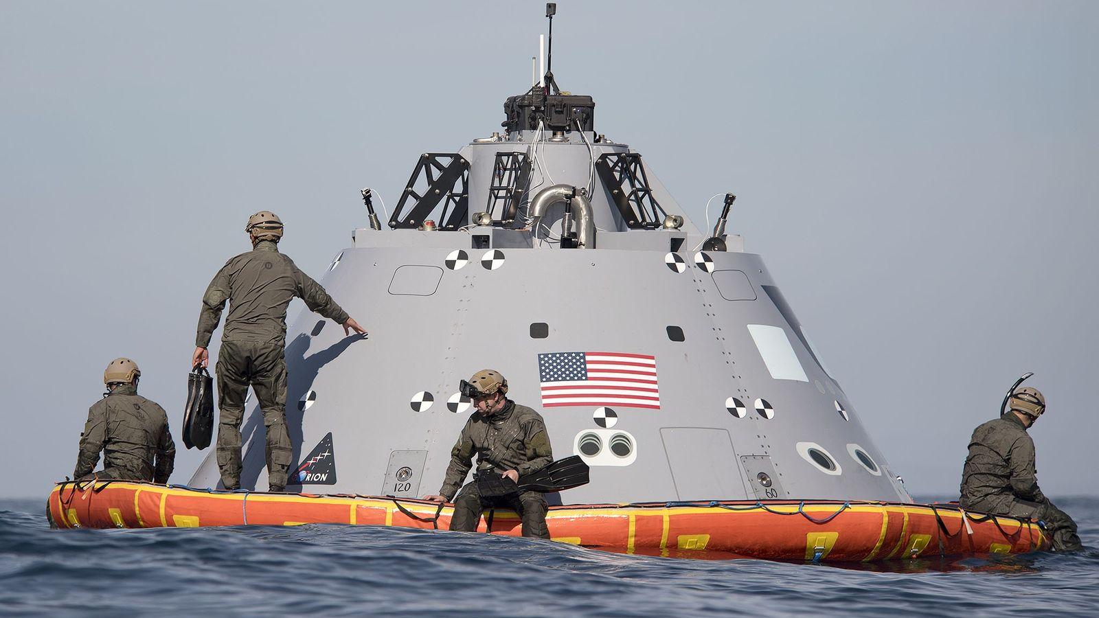 Taucher der US-Marine assistieren der NASA bei der Bergung einer Testkapsel vor San Diego.