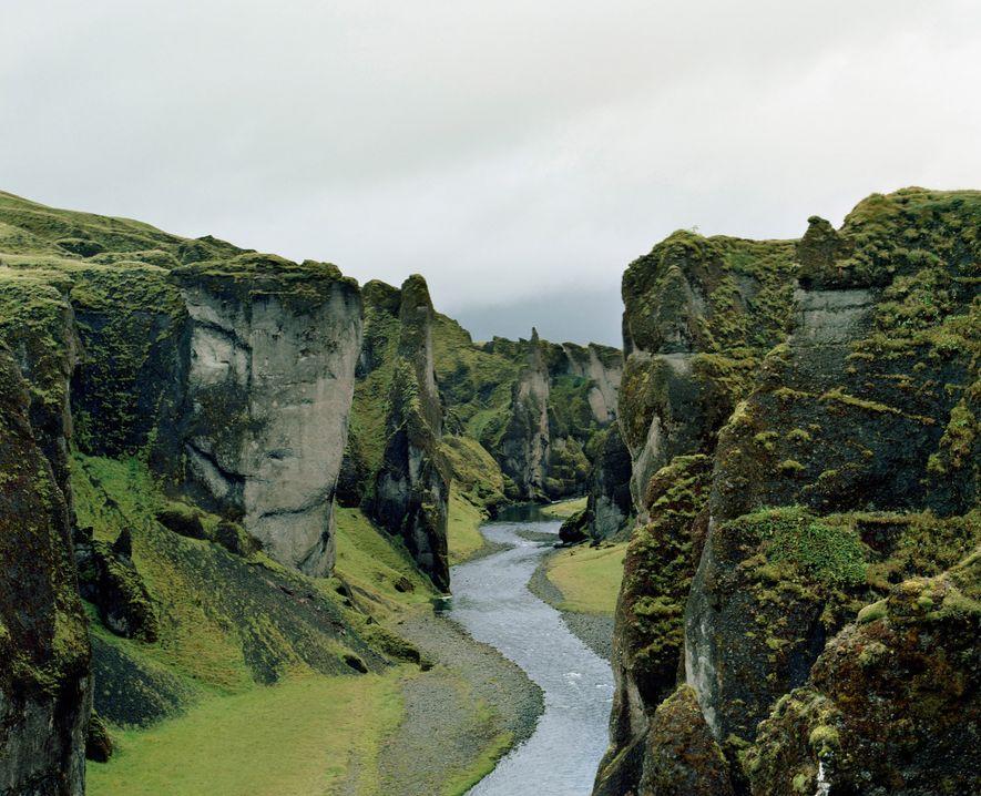 FJAÐRÁRGLJÚFUR CANYON | Die gewaltigen Wände der Schlucht Fjaðrárgljúfur entstanden vermutlich vor etwa 10.000 Jahren am ...