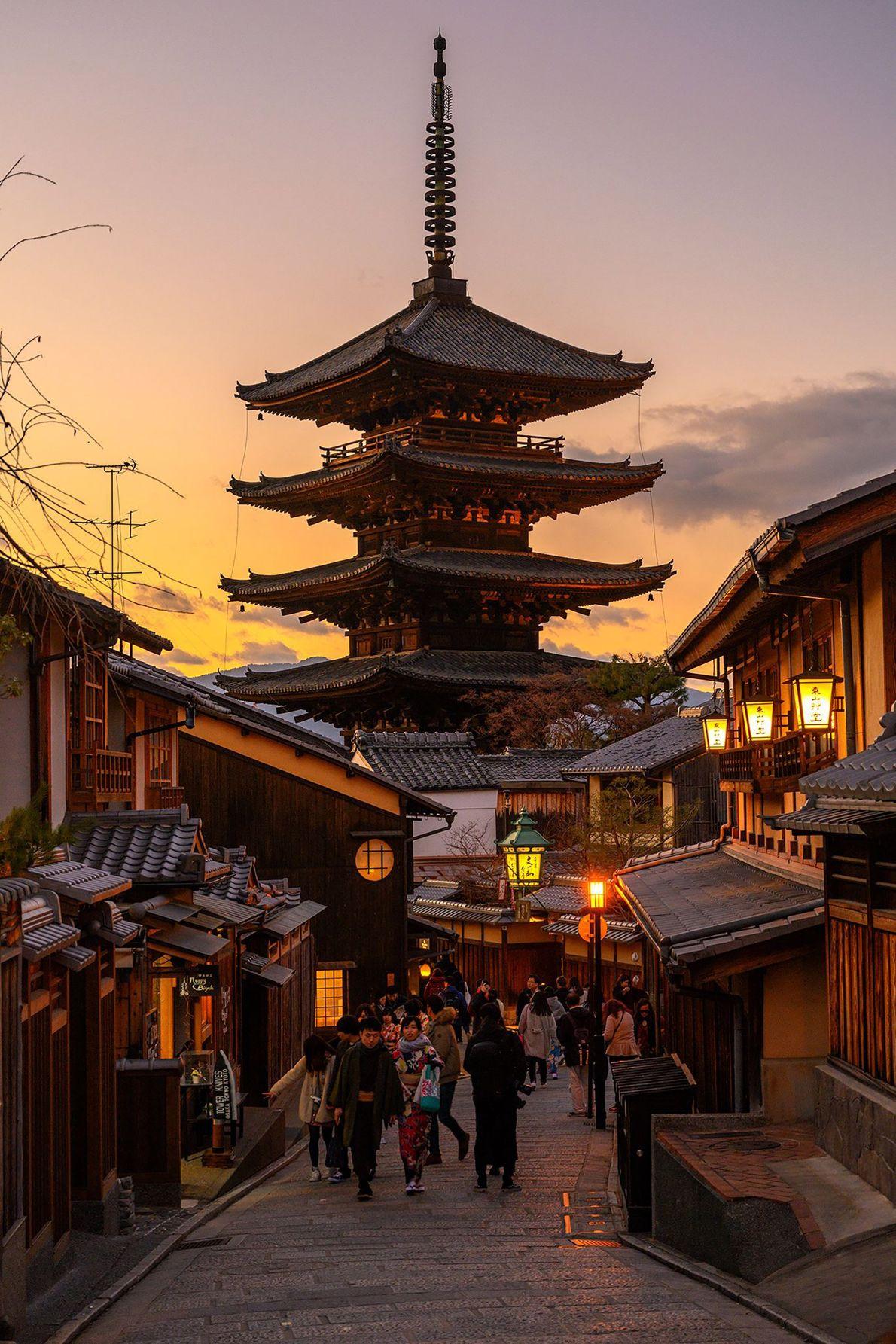 Die Sonne versinkt hinter der fünfstöckigen Yasaka-Pagode in Gion, Kyotos berühmtem Unterhaltungsbezirk. Das Viertel geht auf ...