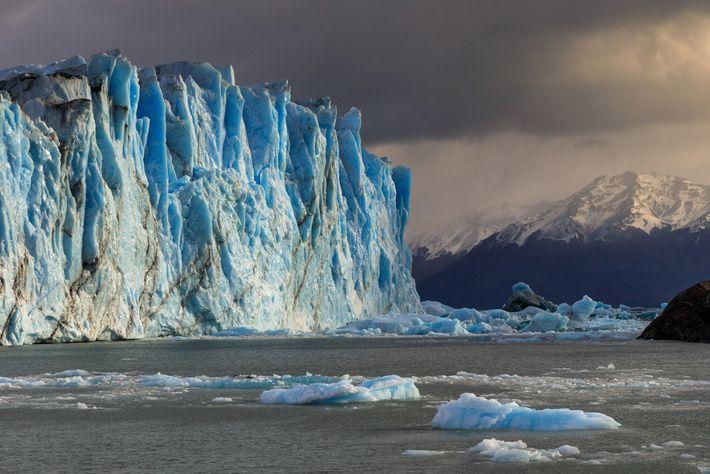 Der Perito Moreno Gletscher im argentinischen Nationalpark Los Glaciares ist einer der wenigen Gletscher der Welt, ...