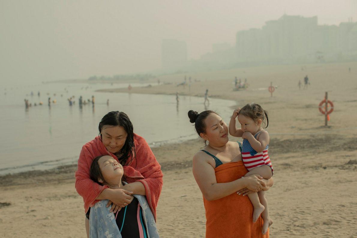 Vier Menschen verbringen einen Tag am Strand, während dichter Rauch Jakutsk einhüllt.