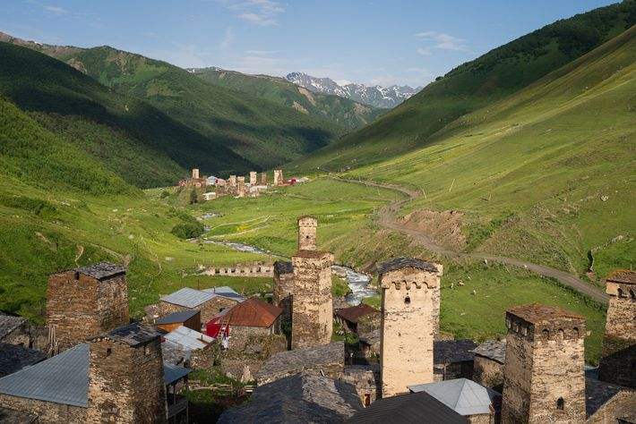 Das georgische Bergdorf Uschguli liegt auf 2500 Metern Höhe eingerahmt von Gipfeln. Rechts: Eine Einwohnerin von ...