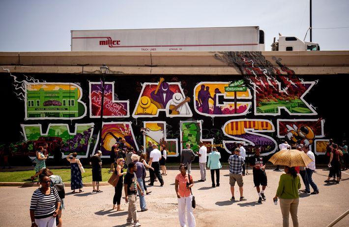 """Ein Wandgemälde erinnert im Viertel Greenwood im amerikanischen Tulsa an die """"Schwarze Wall Street""""."""