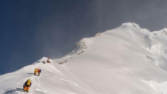 Bergsteiger warten in der Schlange, um im Mai 2019 den Gipfel des Mount Everest zu erreichen.