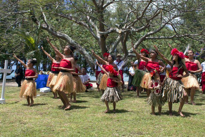 In Guam gibt eine lokale Chamoru-Tanzgruppe im April 2017 auf dem U.S. Naval Cemetery einen Segen.