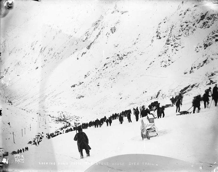 Der Chilkoot Trail 1898, der zum gleichnamigen Pass führt. Für die schwer beladenen Goldsucher auf dem ...