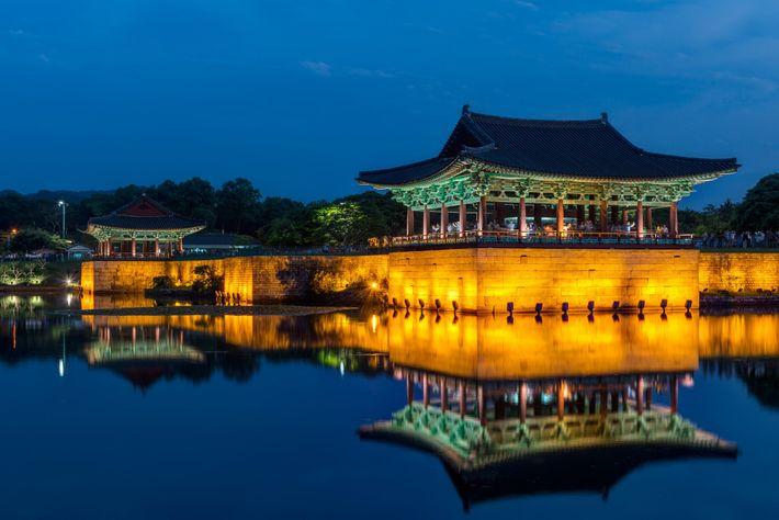 Donggung Palace mit Blick auf das ruhige Wasser des Wolji Teiches in Gyeongju, Südkorea.