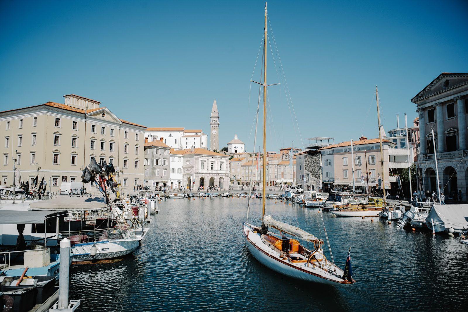 Ob zum Bummeln oder um die venezianische Architektur zu bewundern – die Stadt Piran an der ...