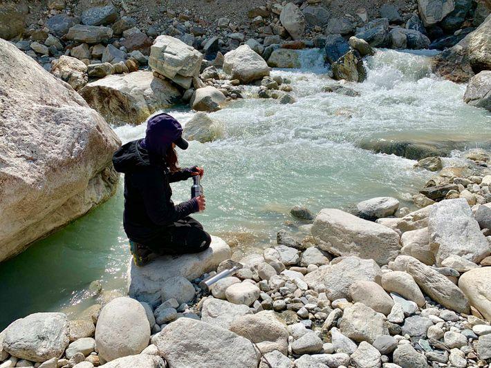 Eine Wasserprobe aus einem Bach südlich des Dorfes Pheriche in Nepal soll später auf Mikrokunststoffe getestet ...