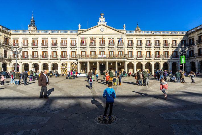 Die elegante Plaza Nueva (oder Plaza de España) ist ein zentraler Treffpunkt in der baskischen Hauptstadt ...