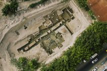 Versunken und jahrhundertelang vergessen: Die Grundmauern dieses großen Gebäudes stammen aus der Zeit von Alexander dem ...