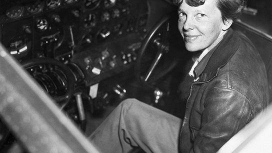 Amelia Earhart im Flugzeug
