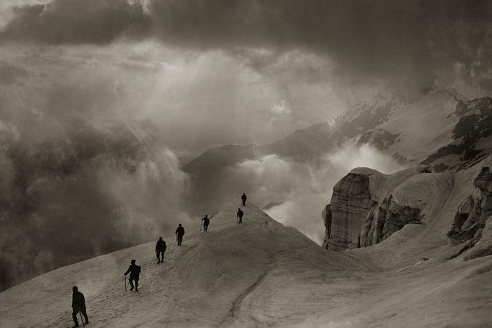GIPFELPFAD Bergsteiger marschieren im Jahr 1920 über den Pizzo Campo Tencia in den Schweizer Alpen.