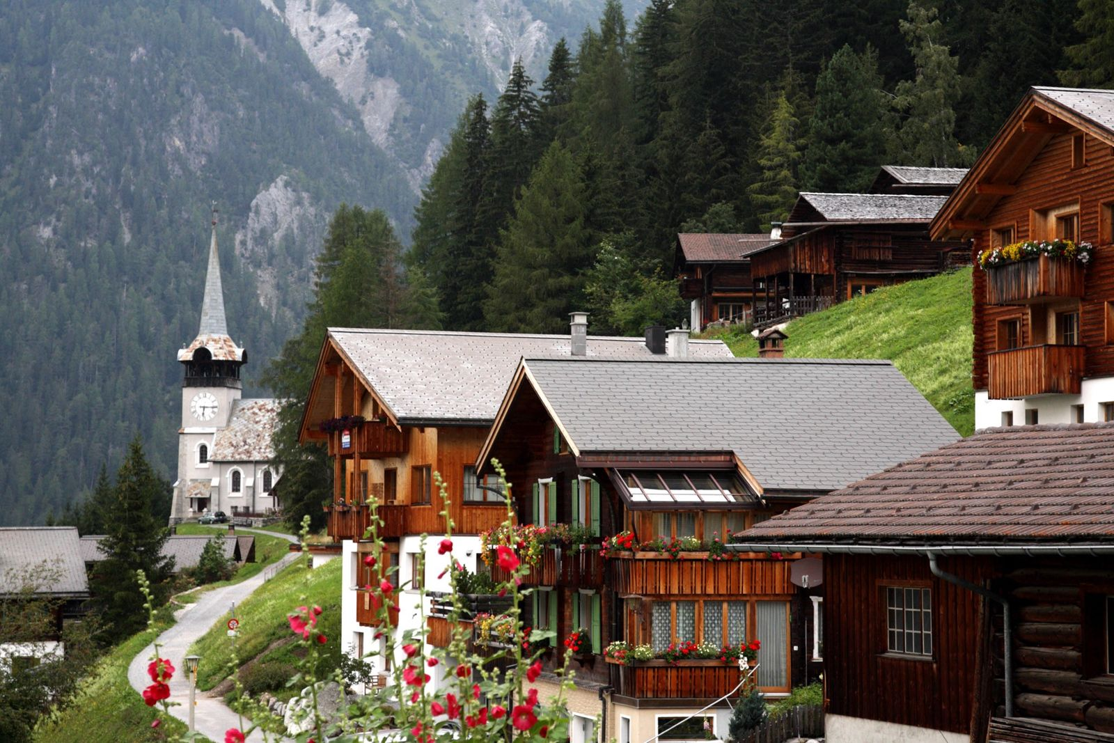 Das beschauliche Dorf Monstein liegt inmitten grüner Alpenwiesen und schneebedeckter Berggipfel.