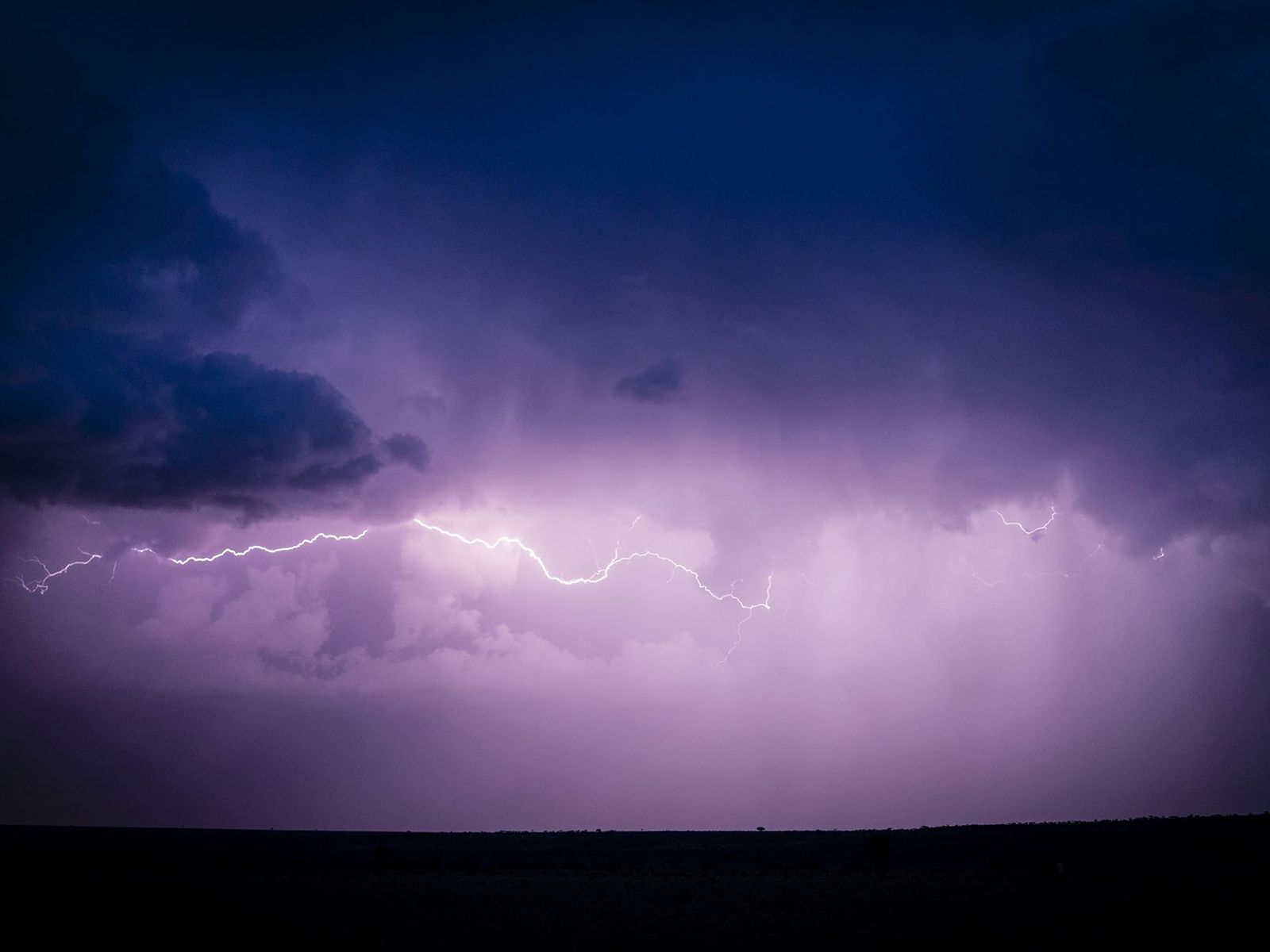 Ein Gewitter zieht nach Sonnenuntergang über das Land. Das Wetter hat den Lauf der menschlichen Geschichte ...