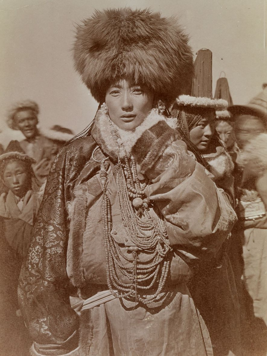 Eine wohlhabende Nomadenbraut des Stammes Aruchun tun aus Babo in Tibet, 1925.