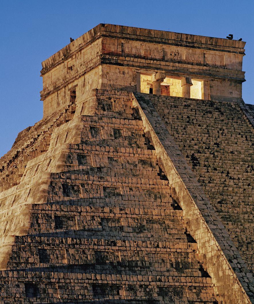 Die über Tausend Jahre alte Pyramide namens El Castillo ragt über den Ruinen der alten Mayastätte ...