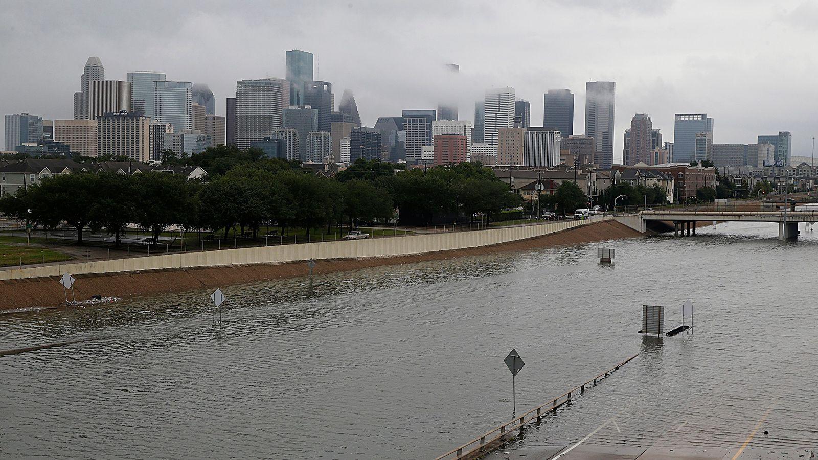 Die Skyline von Houston und der überschwemmte Highway 288 am 27. August 2017 während des Hurrikans ...