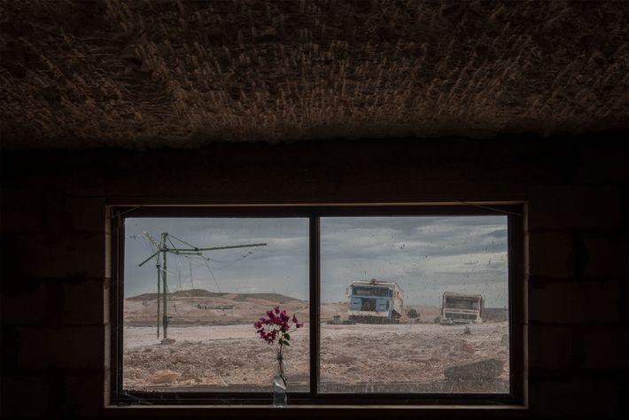 Lastwagen, Autos und Schrott von alten Maschinen fristen in Coober Pedys Landschaft ein Dasein als Ersatzteillager.