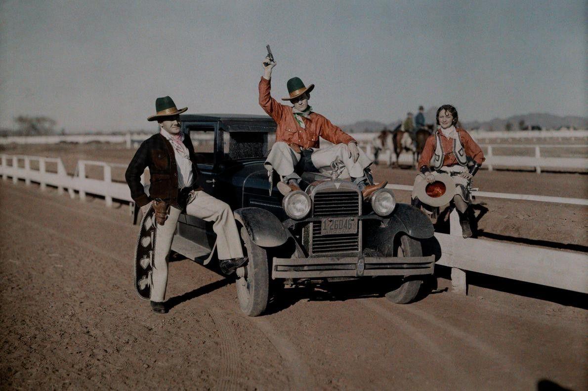 Cowboygruppe vor Auto