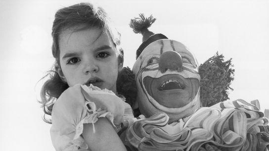 Niedlich oder gruselig? Die amerikanische Schauspielerin und Sängerin Liza Minelli als Kind in den Armen von ...