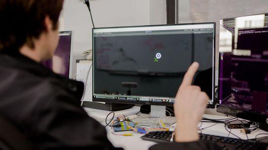 Das Unternehmen CTRL-Labs arbeitet an Sensoren, welche die Befehle des Gehirns entschlüsseln und sie direkt an ...