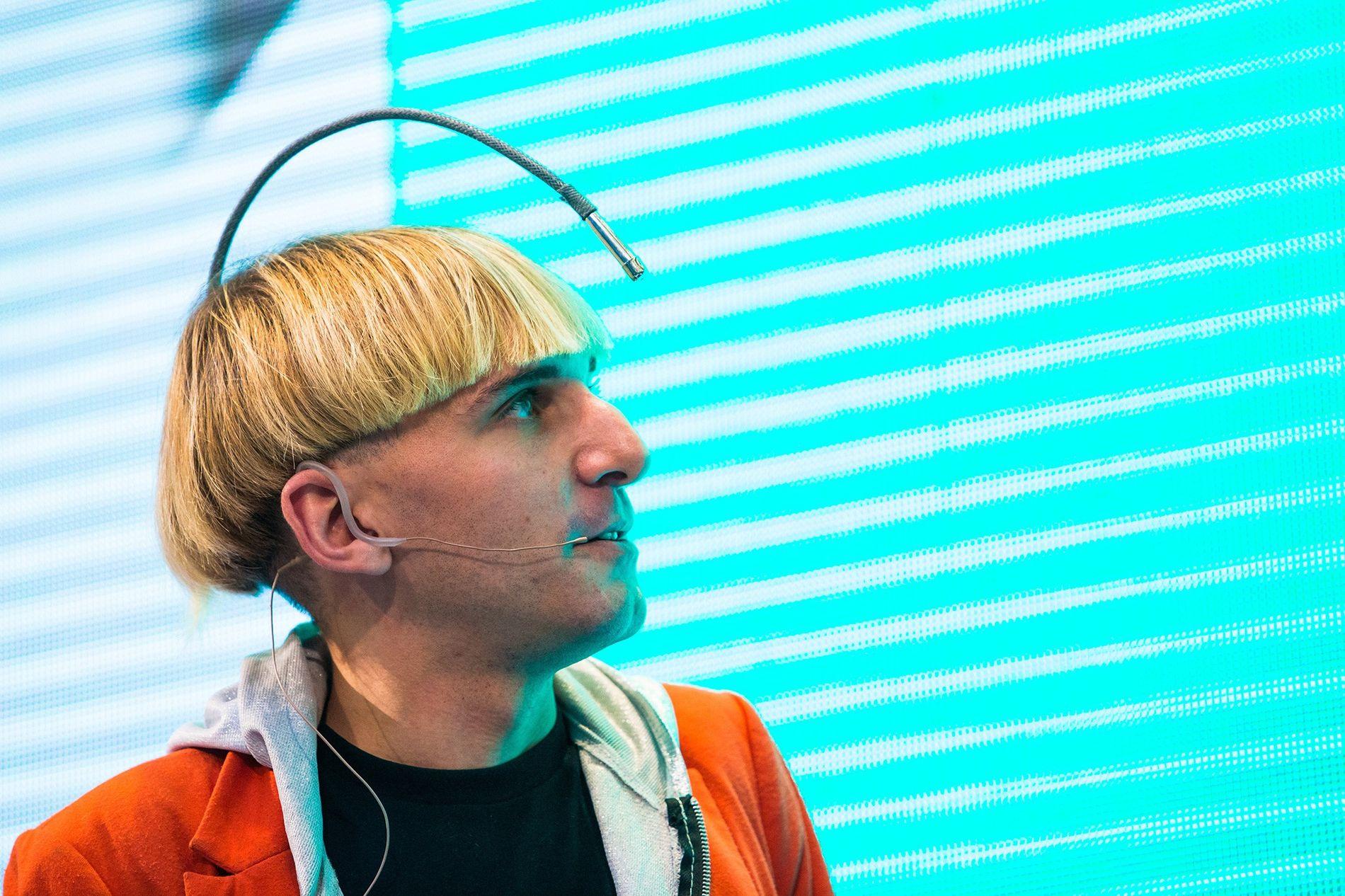 """Der Künstler Neil Harbisson trägt eine Antenne, die es ihm ermöglicht, Farben durch Vibrationen in seinem Schädel zu """"hören""""."""
