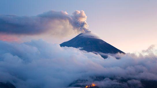 Der Ausbruch des Vulkans Tungurahua im Dämmerlicht. Vulkanausbrüche sind eine Möglichkeit für die Erde, den Kohlenstoff ...