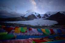 Sterne funkeln über einem Gletscher auf dem Animaqin im tibetischen Bezirk Golog. Aufgrund der dünnen Luft ...