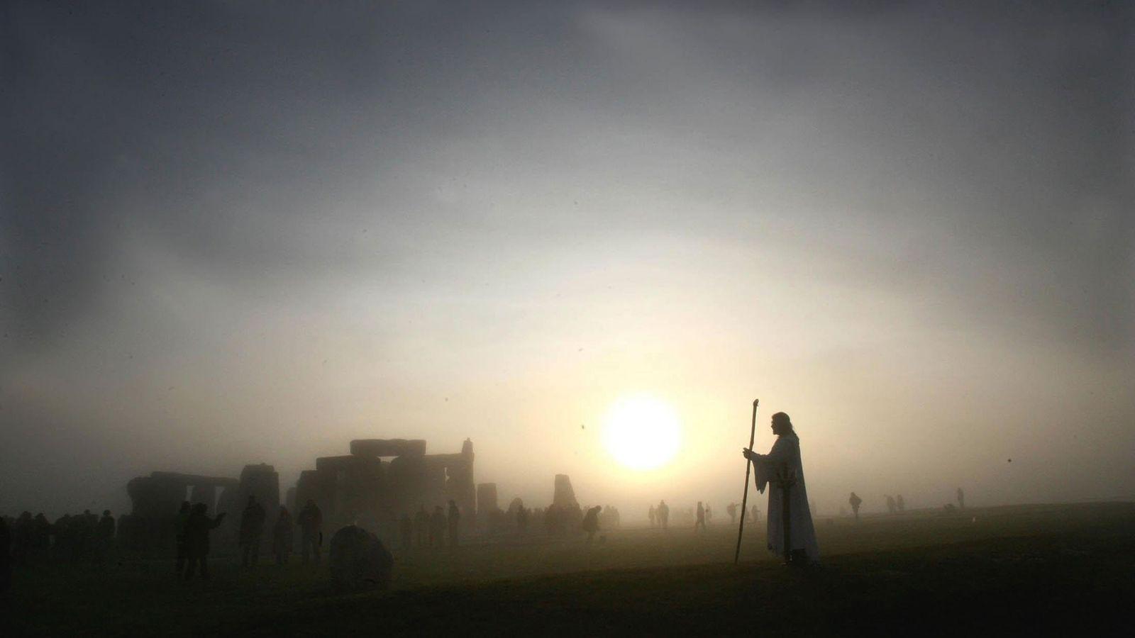 Der neuzeitliche Druide Arthur Pendragon beobachtet zur Wintersonnenwende 2005 den Sonnenaufgang über Stonehenge. Obwohl nur wenig ...