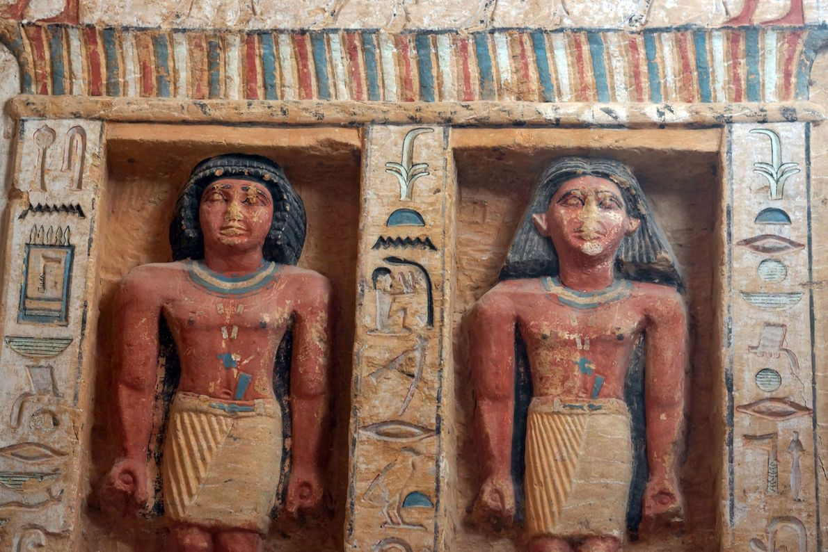 Die großen Wandnischen im Grab enthalten Statuen des Priesters und seiner Familie.