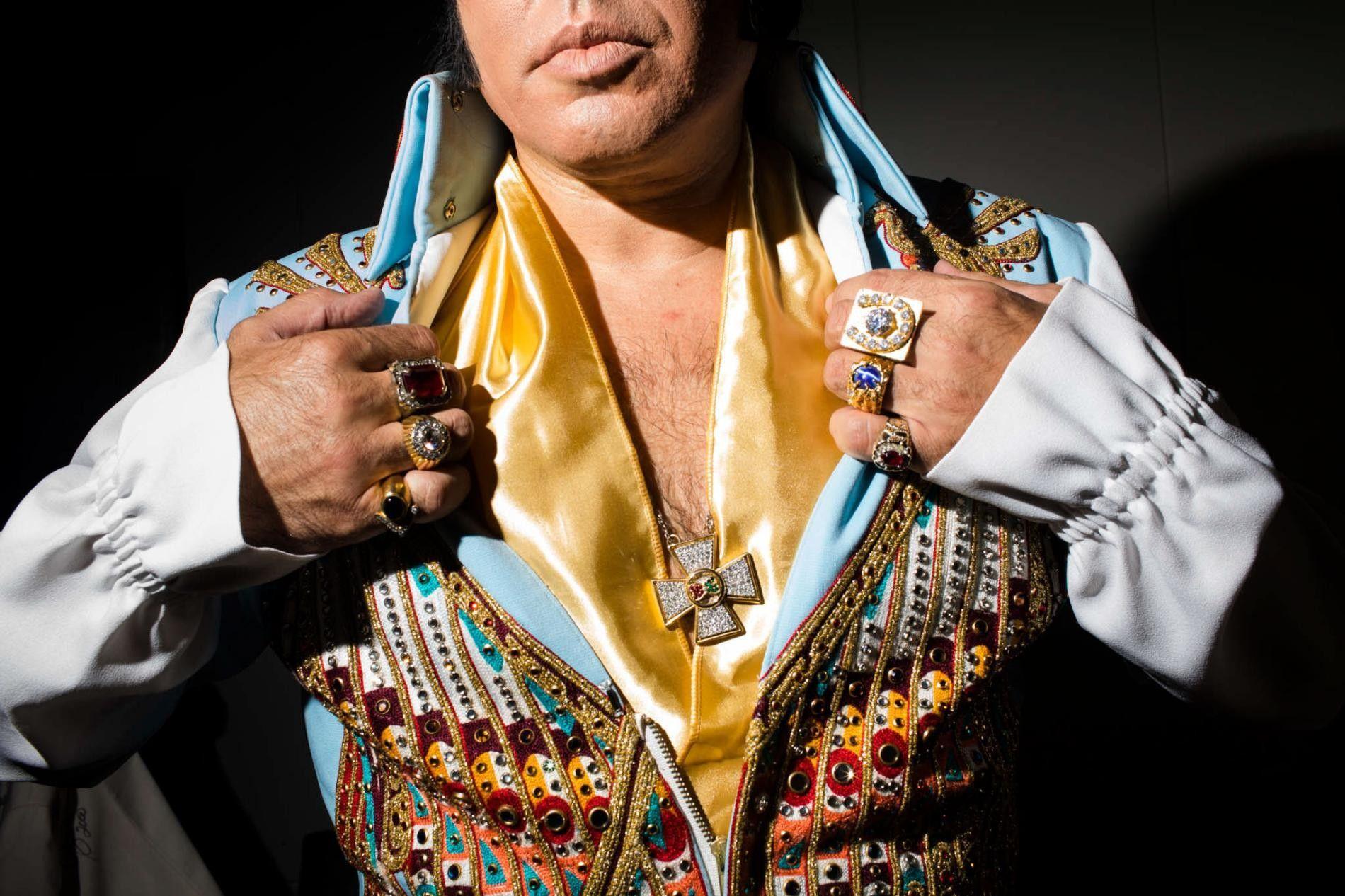 """Mario Kombou, ein Elvis Tribute Artist aus London, bereitet sich auf seine Performance im Daisy Theater in Memphis, Tennessee vor. Während der """"Elvis Week"""" gibt es dort eine Performance-Reihe für Cover Artists namens """"Images of the King""""."""
