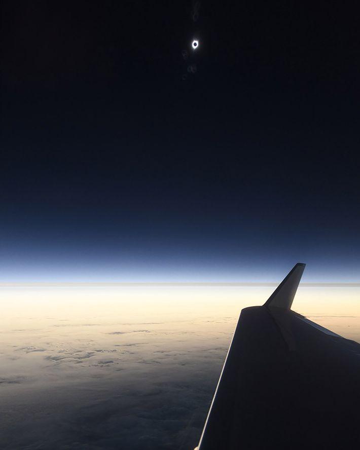 Auf diesem Foto kann man einen ersten Blick auf die totale Sonnenfinsternis 2017 erhaschen. Geschossen wurde ...