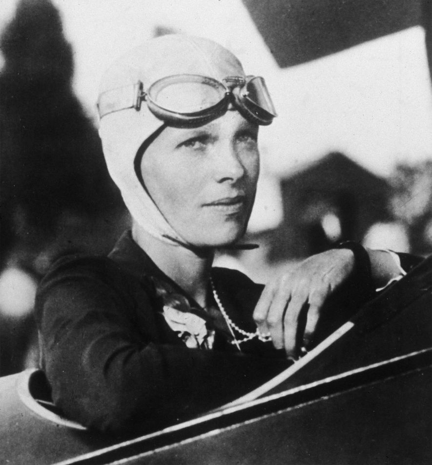 Porträt der amerikanischen Pilotin Amelia Earhart im Cockpit ihres Flugzeugs, circa 1925.