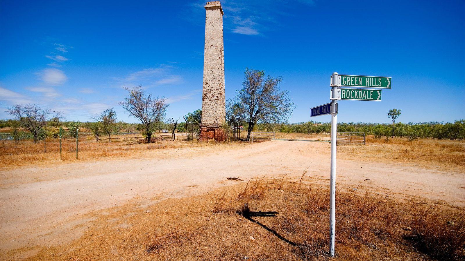 Die Ruine einer alten Mühle stehen neben einer Straße des Dorfes Georgetown in North Queensland, Australien. ...