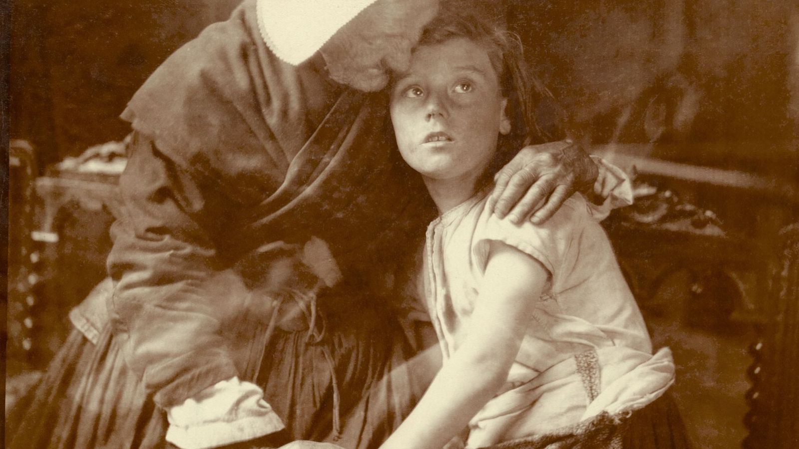 Eine flämische Großmutter umarmt ein Kind in Belgien. 1917.