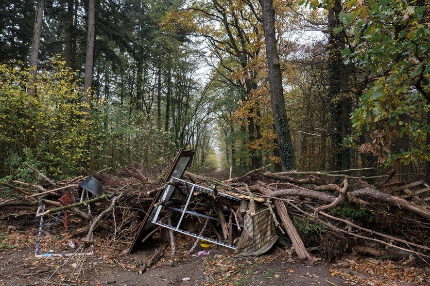 Aktivisten haben eine Barrikade am Eingang zum Wald errichtet. Sie kämpfen seit 2012 gegen den Braunkohletagebau …