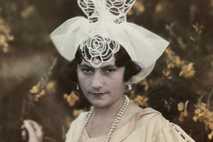 Eine junge Frau aus der französischen Stadt Les Sables-d'Olonne trägt einen hohen Kopfschmuck aus weißem Stoff ...