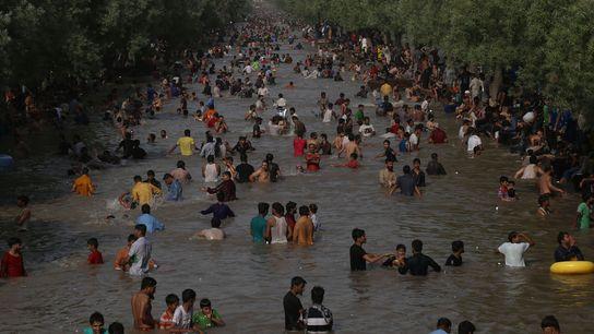 Pakistaner baden in einem Kanal