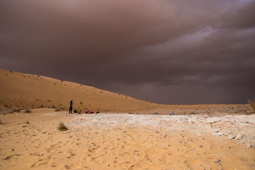 Das weiße Sediment an der archäologischen Stätte Al Wusta deutet darauf hin, dass der Ort einst von einem Süßwassersee bedeckt war.