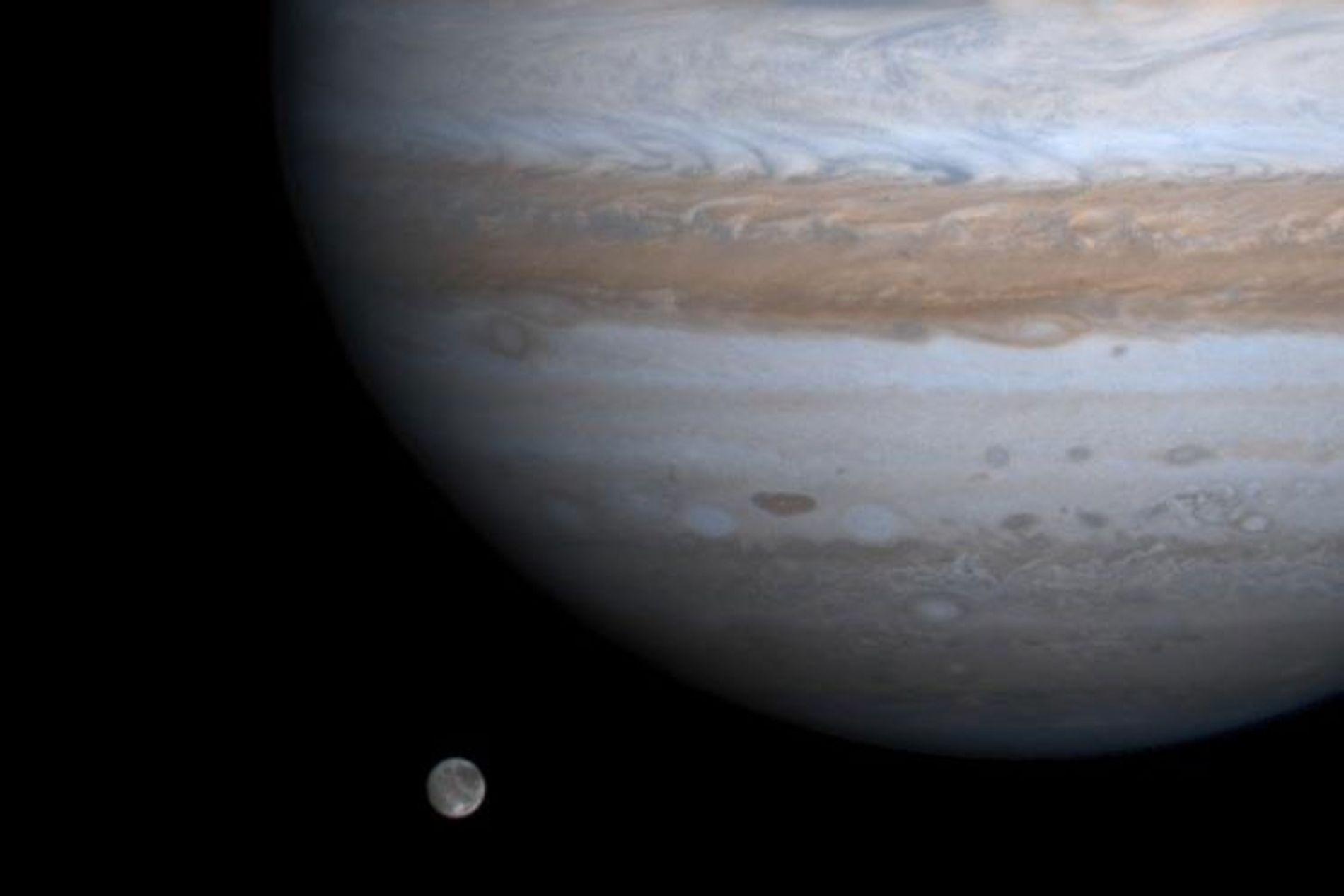 In dieser Aufnahme der NASA-Raumsonde Cassini sieht man den größten Mond des Sonnensystems, Ganymed, im Orbit ...