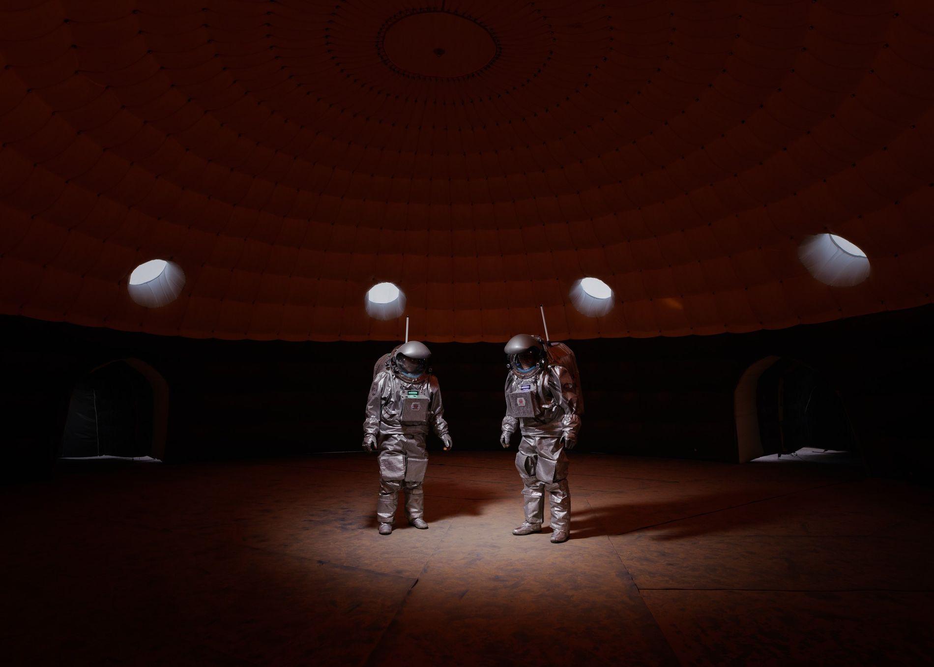 Die Crewmitglieder Gernot Grömer und João Lousada stehen im Habitatmodul der Kepler Station, einer temporären Basis ...