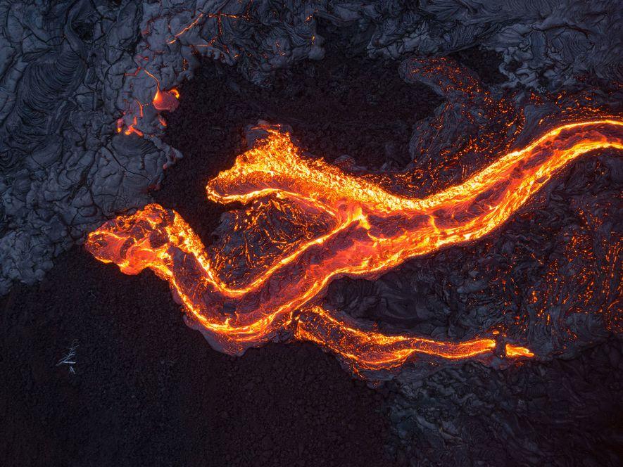 Eine Drohne machte eine Aufnahme dieser Lava, die sich den hawaiianischen Vulkan Kīlauea hinabwälzte.