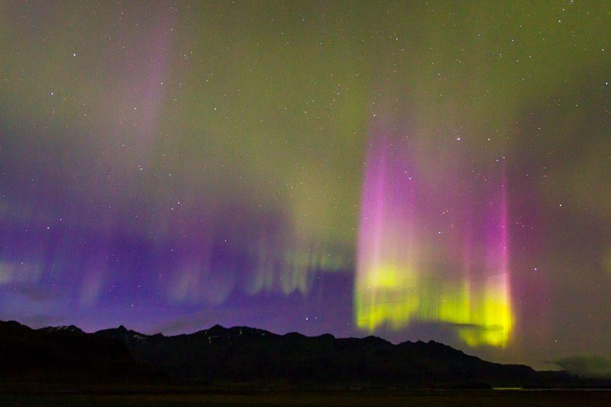 Nordlichter (Aurora borealis) über der Südküste Islands wiesen während eines starken geomagnetischen Sonnensturms deutliche Lichtsäulen auf.