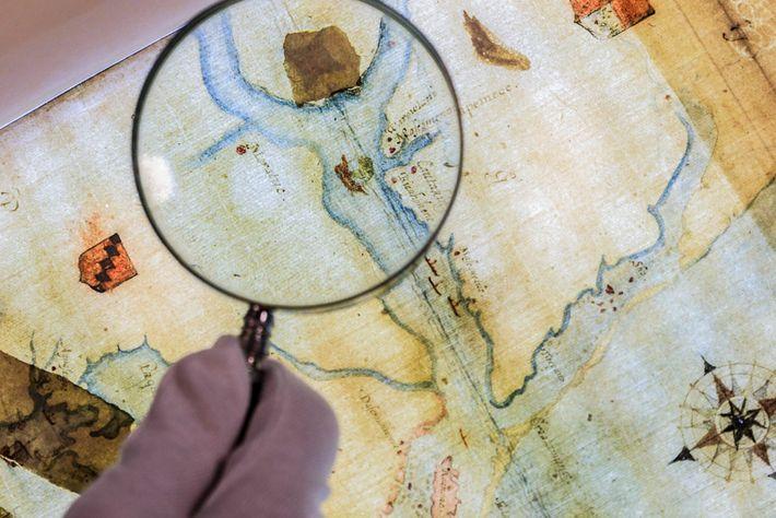 Auf einer Karte, die vom Gouverneur der Kolonie gezeichnet wurde, prangt ein Fleck mit dem Symbol ...