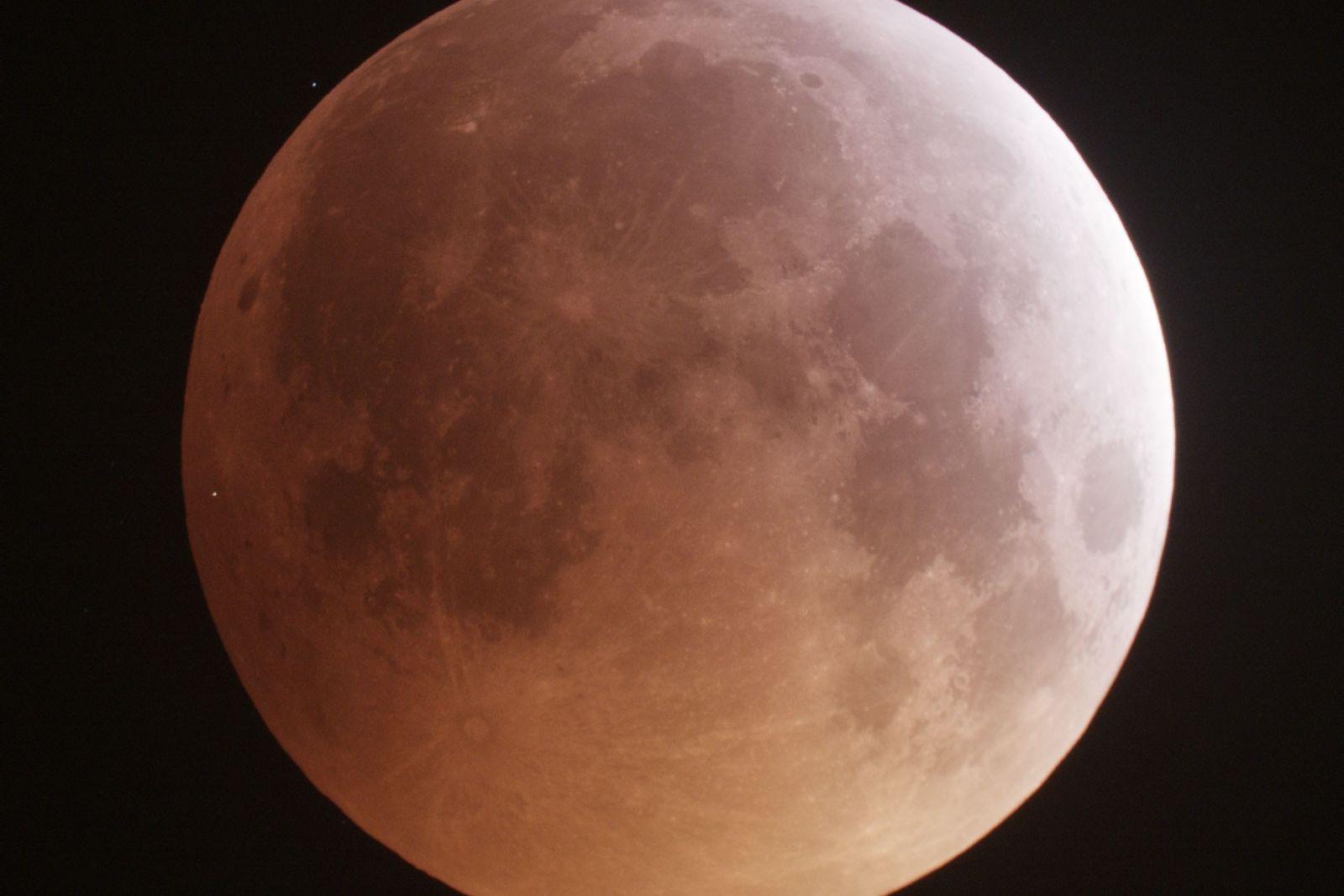 Der helle Lichtpunkt am linken Rand des Mondes hält jenen Moment fest, in dem ein Meteorit ...