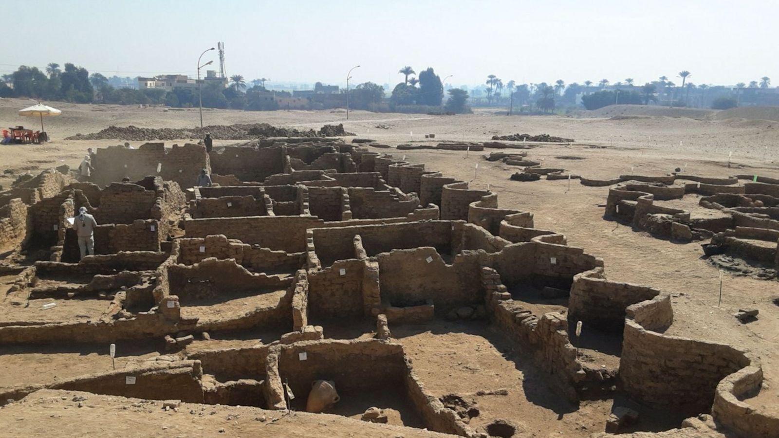 Die Lehmziegelmauern der 3.400 Jahre alten Stadt, die hier von einer markanten Wellenmuster-Mauer umschlossen werden, sind ...