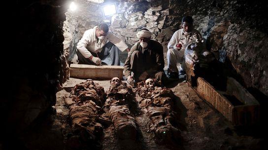 Archäologen untersuchen Mumien, die in einem Grabschacht gefunden wurden, der zu dem Grab eines königlichen Goldschmieds ...
