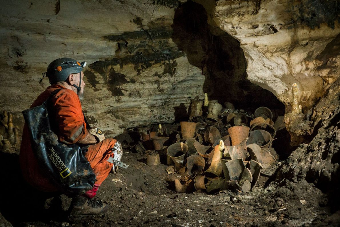 Der National Geographic Explorer Guillermo de Anda untersucht rituelle Gefäße in der Balamku-Höhle auf Yucatán, Mexiko. ...